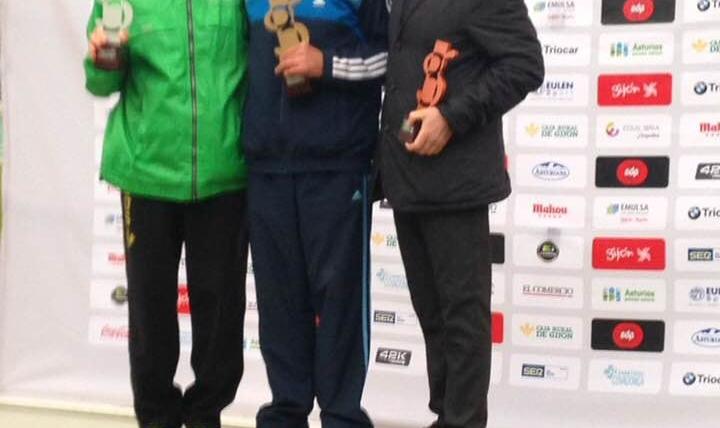Carlos Gil tercero de categoría Master 60 en la Media Maratón de Gijón.